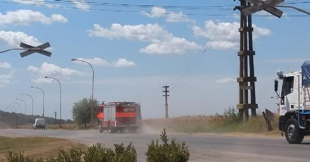 Bomberos Voluntarios de Rojas combaten incendio rural en zona de Guido Spano